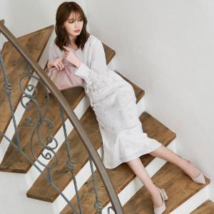 宮田聡子さん着用♪愛らしい小花柄を散りばめたナロースカート。