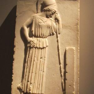 嘆きのアテナのレリーフ