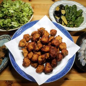 きょう釣ってきたベラのすり身揚げと味噌タタキ、コノシロの酢締め、自家栽培夏野菜の揚げ浸しほか。
