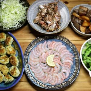 八幡浜近海産アカエビの刺し身と頭のカリカリグリル、自家栽培ブロッコリー、おからのナゲットほか。