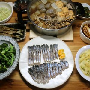 八幡浜近海産サゴシ(サワラの若魚)の皮焼き、自家栽培ブロッコリーの茹で上げ、おでんほか。