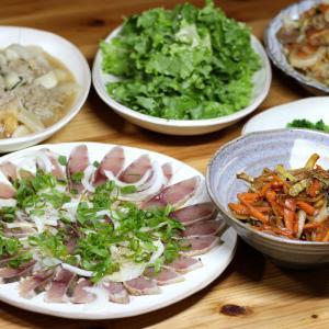 きょう採ってきたイタドリ穂先のきんぴら炒め、フキの花茎入り餡かけ揚げ豆腐、ブリのカルパッチョほか