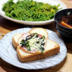きのう採ってきたワラビ乗せハムチーズトースト、きのう掘ってきたタケノコ入り味噌汁ほか。