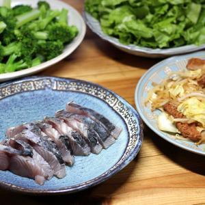 八幡浜近海産サワラの皮焼き(炙り刺し身)、じゃこ天とキャベツの炒めものほか。