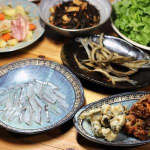 八幡浜近海産サヨリの刺し身・梅肉巻き揚げ・骨せんべい、自家採取ヒジキの煮ものほか。