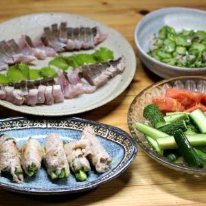 自家栽培キュウリの豚バラ巻き焼き、キュウリとトマトのサラダ、キュウリの酢の物、イサキの刺し身。