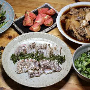 八幡浜近海産養殖マダイの皮焼き、自家栽培キュウリの酢のもの、キュウリとトマトのサラダほか。