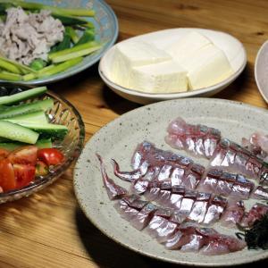 八幡浜近海産マアジの刺し身、自家栽培キュウリとトマトのサラダほか。