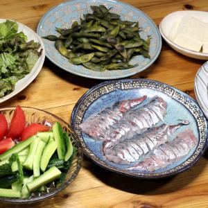 八幡浜近海産アジの刺し身、自家栽培キュウリとトマト、ナスとオクラと鶏モモ肉の揚げ焼き浸しほか。