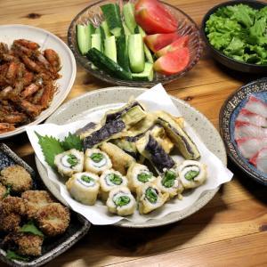 八幡浜近海産ハモのインゲン巻き天ぷら、ハモのギョロッケ、カンパチの刺し身、自家栽培キュウリほか。