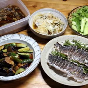 八幡浜近海産グレ(メジナ)の皮焼き(炙り刺し身)、自家栽培キュウリ、ナスとキュウリの揚げ浸しほか