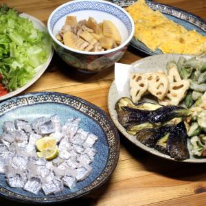 八幡浜近海産タチウオの刺し身、自家栽培ナス・オクラ・ピーマン等の天ぷら、自家掘タケノコの煮もの。