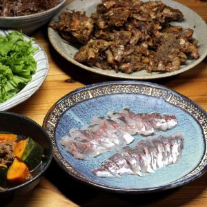 八幡浜近海産アジの刺し身、カボチャの煮もの、地エビの殻のから揚げほか。