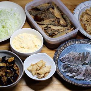 八幡浜近海産グレ(メジナ)の皮焼き(炙り刺し身)、自家栽培ナスの揚げ浸し、アジの南蛮漬けほか。