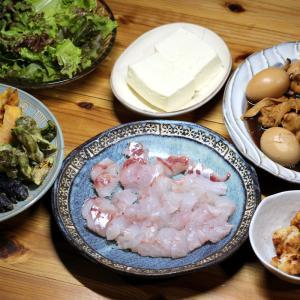 八幡浜近海産マゴチの刺し身、自家栽培ナス・ピーマンの天ぷら、手羽元とゆで卵の煮ものほか。