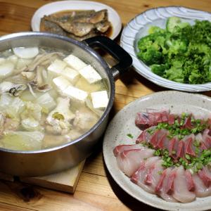 八幡浜近海産ブリの刺し身、自家栽培ブロッコリーとレタス、アジの南蛮漬け、寄せ鍋。