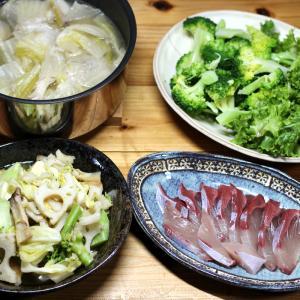 八幡浜近海産ブリの刺し身、自家栽培ブロッコリーとレタス、レンコンとキャベツの炒めものほか。