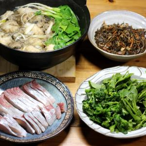 宇和米を使った秋田の郷土料理「だまこ鍋」、カンパチの刺し身、自家栽培ブロッコリー、ヒジキ煮。