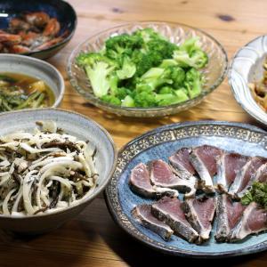 自家採取ヒジキと自家栽培タマネギのサラダ、宇和海産マグロのタタキ、八幡浜産ブロッコリーほか。