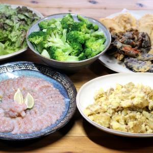八幡浜近海産アカエビの刺し身、自家栽培ジャガイモのポテトサラダ、自家栽培ナスの天ぷらほか。