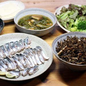 自家採取ヒジキとじゃこ天の酢のもの、宇和海産サワラの皮焼きほか。