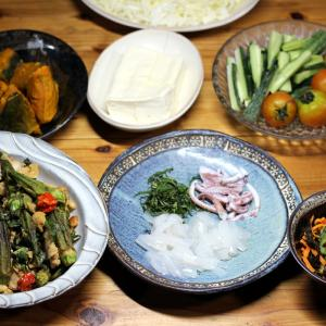 宇和海産スルメイカの刺し身、自家栽培オクラの揚げ浸し、自家栽培キュウリとミディトマトほか。