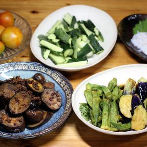 自家栽培ナスの麻婆ナス風、ナスとオクラの揚げ浸し、自家栽培ミディトマトとキュウリほか。