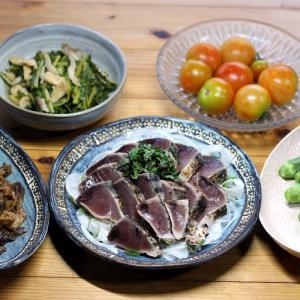 宇和海産カツオのタタキ、自家栽培オクラ・ミディトマト、ナス・コマツナの炒めもの。
