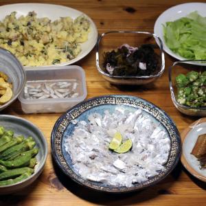 宇和海産タチウオの刺し身と骨せんべい、自家栽培ジャガイモのフライ・ポテサラ、オクラのタタキほか。