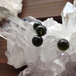 【石の意味】カルマの浄化や意識の変化をサポートする・モルダバイト