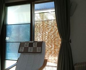 100均突っ張り棒だけで掃出し窓に「二重すだれ」さらに簡単に。