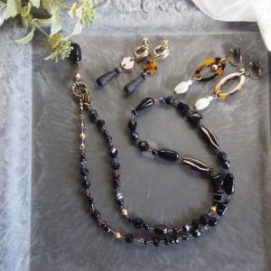 シックな黒のネックレスとイヤリング