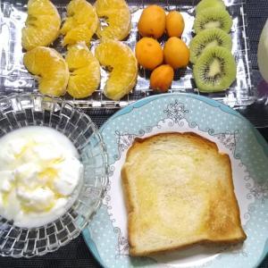フルーツプレートな朝ごパンと鶏ちゃん焼き風&お好み焼きのホットプレート料理で休日のおうちごはん♪