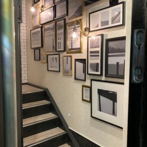 階段スペースの壁面飾り