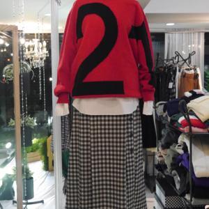 N21ロゴセーター×チェック柄スカート
