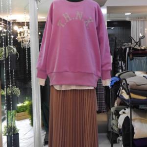 可愛いピンクトレーナー×スエードプリーツスカート