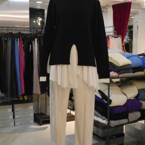 バイカラーレイヤードセーター×ホワイトパンツ