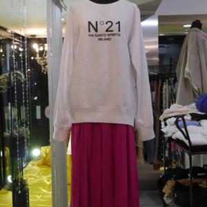 N21ロゴトレーナー×ピンクフレアスカート