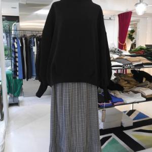 店長も購入済みなオススメボンディングトレーナー×細かいチェック裾プリーツスカート