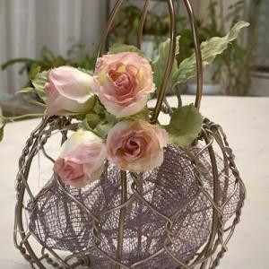柔らかい素材のワイヤーを使用して、優雅な雰囲気の籠を編む!