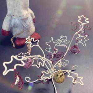 NIPPOLYのキットで作ったヒイラギツリーをサンタさんと一緒に飾ったよ!