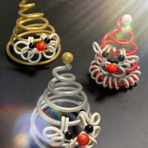 かわゆいサンタさん三様はワイヤークラフトの定番クリスマスグッズでっす!