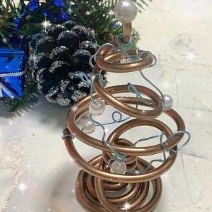 フリーハンドの渦巻きだけで作るプチクリスマスツリーはブルー系の飾りと合わせて!