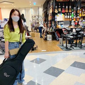 二胡さんを見て話し出したお孫ちゃん、「ワタシ、ギターがやりたいの!」