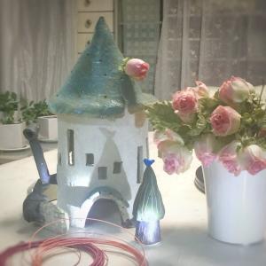 展示会場は四季を表す>まずは春のお家にワイヤーのフラワーさんを!