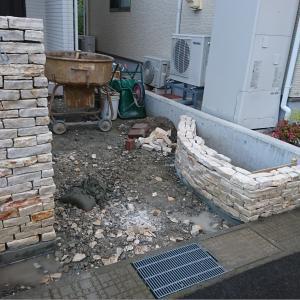 門柱と花壇のコバ積みとタイルテラス。