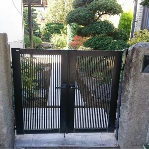 門扉吊りこみと整地と植栽と角門柱とパティオのパーツ取り付け。