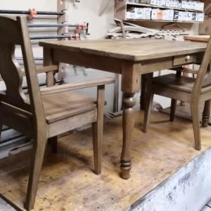 アンティークフィニッシュのテーブルと肘付きチェアとテーブル