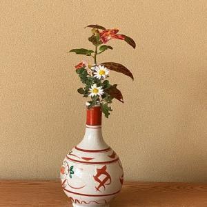 椿の代わりに薩摩野路菊を生けて・・・