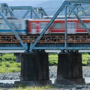 赤+銀、鉄橋を渡る(小田急電鉄)